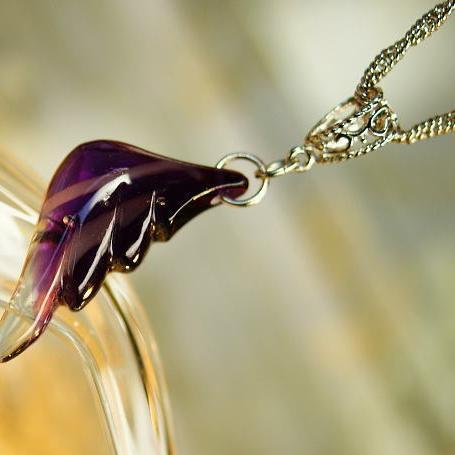 『紫雲の翼』 ガラスアクセサリー ネックレス・ペンダント 羽根タイプ