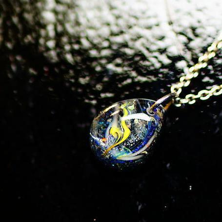 『Small macrocosm ~ 流星 ~』 ガラスアクセサリー ネックレス・ペンダント 円・楕円・ドロップタイプ