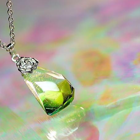 『緑水の薔薇』 ガラスアクセサリー ネックレス・ペンダント 立体造形タイプ