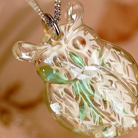 『百福(ももふく)シリーズ ~ ミミズク ~』 ガラスアクセサリー ネックレス・ペンダント ダイカット(平面造形)タイプ