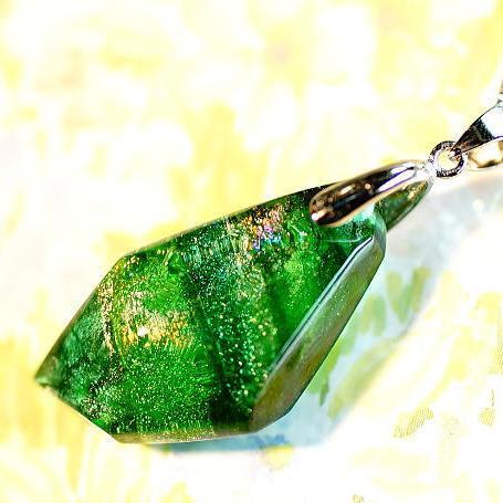 『万緑の煌く季節』 ガラスアクセサリー ネックレス・ペンダント 立体造形タイプ