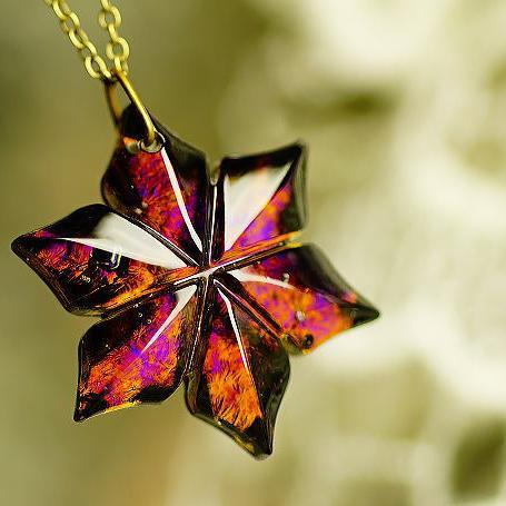 『漆黒の花』 ガラスアクセサリー ネックレス・ペンダント ダイカット(平面造形)タイプ