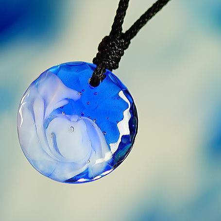 『氷の白波』 ガラスアクセサリー ネックレス・ペンダント 円・楕円・ドロップタイプ