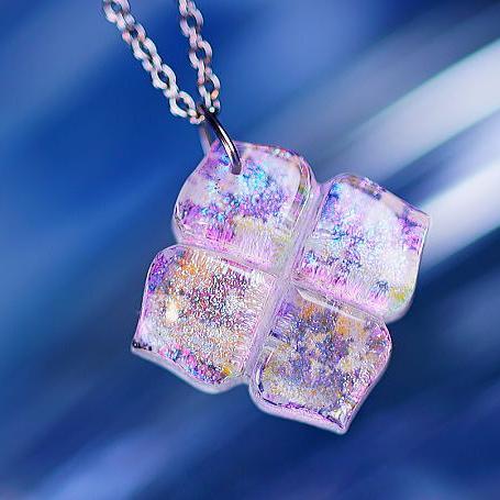 『幸せの四つ葉 ~ ときめき ~』 ガラスアクセサリー ネックレス・ペンダント ダイカット(平面造形)タイプ