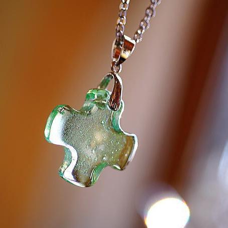 『若草の祈り』 ガラスアクセサリー ネックレス・ペンダント クロスタイプ