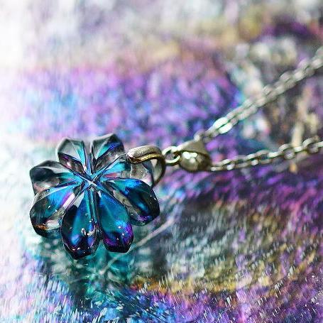 『青き星の海に咲く花』 ガラスアクセサリー ネックレス・ペンダント ダイカット(平面造形)タイプ