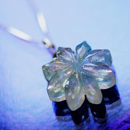 『オパールの花』 ガラスアクセサリー ネックレス・ペンダント ダイカット(平面造形)タイプ