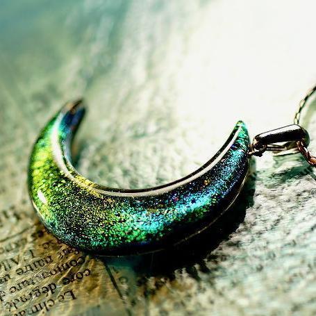 『上弦の月 ~ 華麗 ~』 ガラスアクセサリー ネックレス・ペンダント ダイカット(平面造形)タイプ