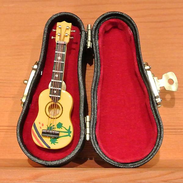 本物そっくり。ミニチュア楽器コレクション。大人の遊び心をくすぐる精巧に作られたウクレレのミニチュア楽器のピンブローチ。 ミニチュア楽器 ウクレレ ピンブローチ プレゼント ギフト 記念日 アクセサリー 雑貨