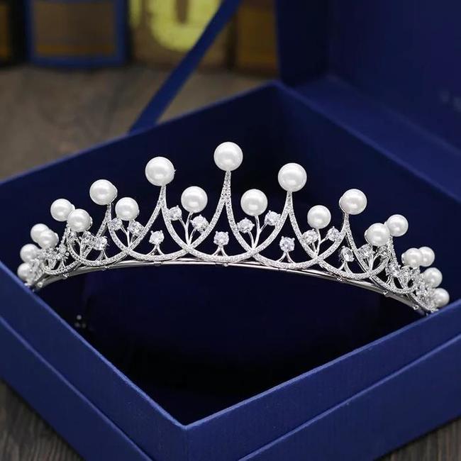 上質なジルコニアを使用し 超歓迎された 真珠との組み合わせで上品に仕上がりました どんなドレスにも合わせやすいです 大幅値下げランキング 再入荷 二次会 パーティー ウェデイング ジルコニアティアラ 真珠ティアラ ブライダル 結婚式 カチューシャ ヘッドドレス