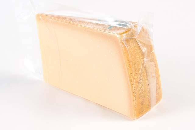 送料無料 他商品も同梱可能 チーズの王様 と称される豊かな風味とコク たっぷり1キロサイズで使い方いろいろ パルミジャーノ レッジャーノ 不定貫 公式ストア 1kgあたり税抜3680円 レジャーノ パルミジャーノレジャーノit 税込3974円 至高 チーズ 約1kgカット