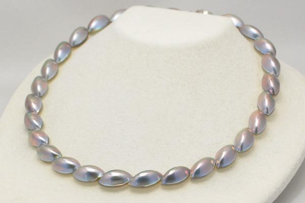 真珠がたどり着いた一つの境地。ブルーベースの色合いから放たれるレッドとグリーンの光彩。極上マーキスカットの特級 マベ真珠 ネックレス 日本マベ真珠の最高峰 奄美大島産 鑑別書付き NA09
