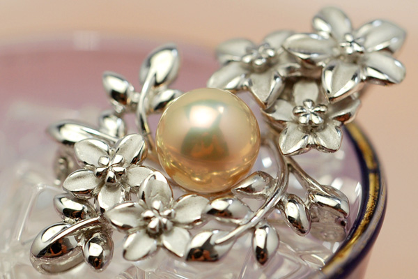 10 mm grade Freshwater Pearl brooch pendant with oversized metallic until the shine! Highest grade AAA select topping is the exceptional beauty