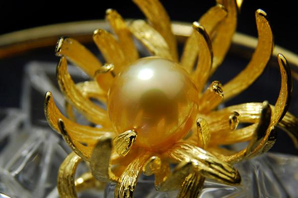 华丽优雅日本菊花绽放像真正乳腺癌菊花 11 毫米白色珍珠吊坠胸针