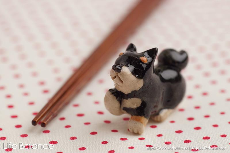 箸を置くのがもったいない ? それほどカワユイ 箸置き 超定番 ソラマメ商会 豆屋 はしおき 右手あげ 黒 KR-025 おすわり 柴犬 5%OFF 日本の犬