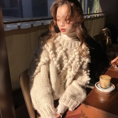 2019年新作 秋 冬 2色 ホワイト パープル 安全 ポンポン ニット 人気商品 割引 今季トレンド プルオーバー 2color トップス ざっくりとした着用感で今シーズンらしいカジュアルさがおしゃれ 立体的なポンポン付きが可愛いセーター