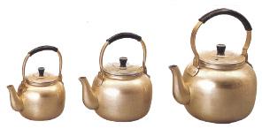 普通のアルミとは材質が違い、大変長持ちします。 アカオアルミ 業務用丸瓶 シュウ酸湯沸かし 湯沸し 4L 本蓚酸丸やかん 金色