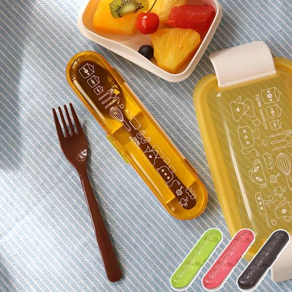 キッチン小物のイラストがかわいいスプーンとフォークのセット カトラリーセット クチーナ 賜物 スプーン フォーク ケース セット 日本製 カトラリー コンビセット 持運び おしゃれ 大人 お弁当 いよいよ人気ブランド 女子 食洗機対応