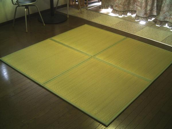 軽量/日本の癒しとくつろぎ/やさしい緑色グリーン。ユニット畳 4枚セット( 2畳 分相当)約82×82×1.3cm: 畳 マット 畳 の 上 に 敷く もの 半畳 1畳 防音対策・置き畳・床キズ防止・ 暑さ対策 熱中症対策 エアコン おすすめ ひんやり敷きパッド 節電「お届け約1週間」