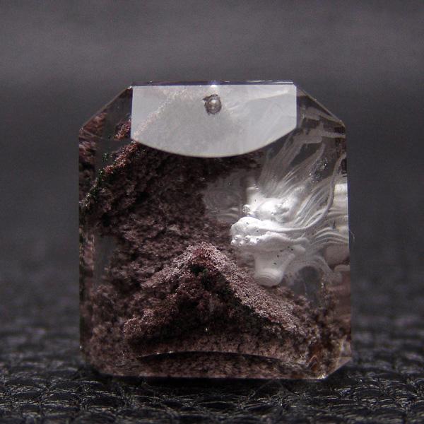 龍の彫刻 [透明感抜群・ガーデンクォーツ] 約28×26×13.5mm 約16.9g 上部に穴があり【限定1点モノ 7122-00-219-005】天然石 パワーストーン 置物