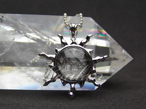 ギベオン 太陽型(シルバー色) ペンダントトップ 石部分約18mm ナミビア産【3305-18-210-420】天然石 パワーストーン