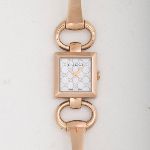 【期間限定ポイント2倍】グッチ 腕時計 レディース トルナブォーニ ホワイトシェル YA120519