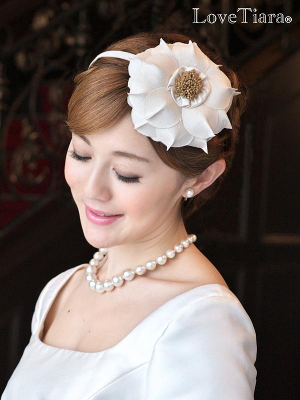大きなお花がインパクトのあるカチューシャタイプヘッドドレスです シャンタン生地の花びらを一枚一枚丁寧に重ね合わせボリューミーで立体感のあるお花に仕立てています カチューシャ ヘッドドレス フラワーグランデ 花 アートフラワー 全品最安値に挑戦 髪飾り ボリューム 大ぶり ウエディング ブライダル 花嫁 2次会 王冠 ブライダルアクセサリー ウエディングアクセサリー 公式 アイテム 小物 ウェディングアイテム 結婚式 海外挙式