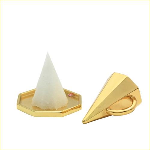1 カップ内側を軽く湿らせます 2 好みのお清めの塩を少しずつカップに詰めます 3 軽く空気を抜いた後 八角皿に盛りつける清めの盛り塩をミニチュアサイズでかわいらしく ミニ八角盛塩は手軽に盛塩ができるセットです 風水 送料無料 風水では八角は邪を払い良い気を取り込むと言われてます この黄金に輝く風水 八角皿2枚付き 格安激安 《週末限定タイムセール》 ミニ八角盛塩