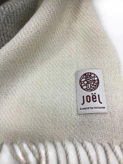 本場、南米アンデス産の、スーパーファインアルパカ100%使用。[美しい手編みマフラー]アルパカ100%マフラー/ホワイト&グレー