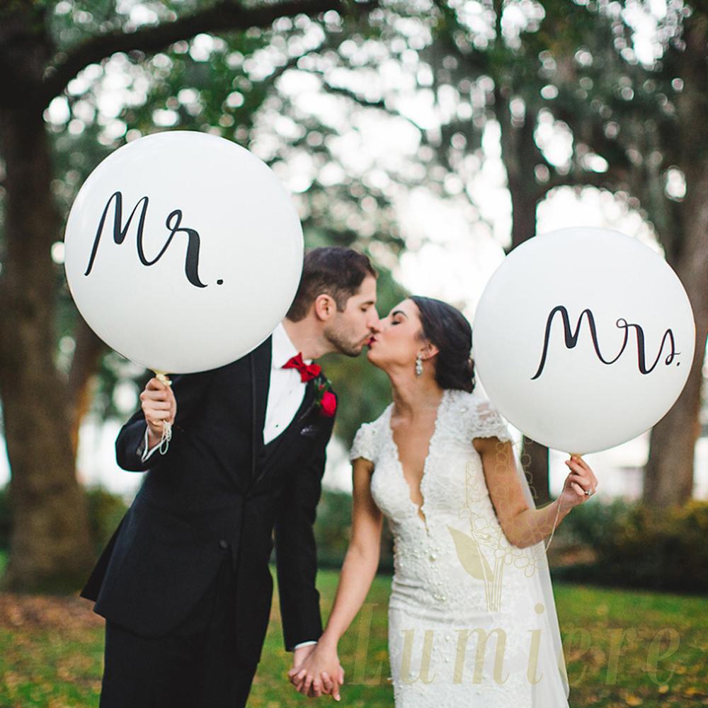 ウェルカムスペース の 飾りや 入場 のときの 手持ちアイテムとして おすすめ また フォトスポット にも どこに置いても 間違いない 絶対に欲しい おしゃれ ビッグ バルーン mr mrs セット ウェディング 前撮り アイテム 結婚式 ミスターミセス 大人 新郎 パーティー グッズ 飾り ウエディング インスタ 結婚 新婦 映え オリジナル 飾り付け 受付 フォト 風船 式 お見舞い 装飾 かわいい 撮影小物 小物 b4012