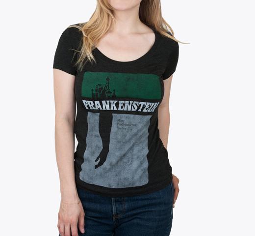 メアリー シェリー 新生活 フランケンシュタイン 1818 1974年カバーデザイン スクープネック Tシャツ Out of Print Neck Scoop Shelley Tee Wollstonecraft Mary Black Frankenstein Womens 本日限定