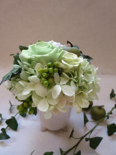猫足の器に緑色のバラのアレンジ エレガントなバラのアレンジ プリザーブドフラワー レビューを書けば送料当店負担 ギフト お祝い お誕生日 出産祝い お礼 高額売筋 結婚祝い 母の日 緑バラ