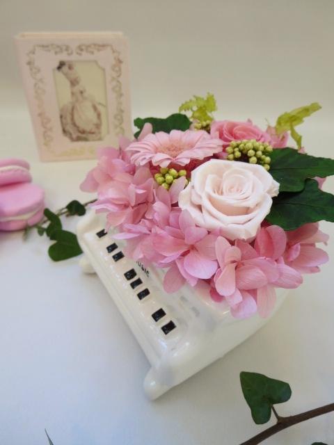 白いピアノにガーベラのアレンジ ピアノ発表会ギフトに人気 プリザーブドフラワー ピアノ ギフト プレゼント 発表会 ガーベラ 結婚祝い 母の日 お礼 お得セット お祝い クリアケース付き お誕生日 激安通販ショッピング