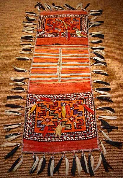 鮮やかな色合わせにゴージャスな羽飾りがアクセントチャナッカレ-CANACCALEOLDヘイベ-HEYBE ストアー 激安価格と即納で通信販売