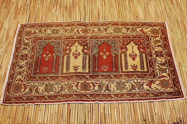 伝統的な織りの技術の高さに納得!柔らかクリームトーンに鮮やかな赤との対照美!カイセリ産OLD絨毯