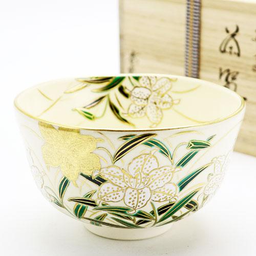 胴から腰にかけてのしっとりとした雰囲気の百合の花が美しい茶碗です 抹茶碗 好評 大幅値下げランキング 百合 茶道具 春物