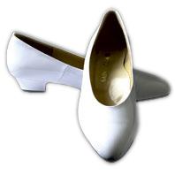 パンプス ウエディングドレスに合わせやすい、エナメル シューズ 3cmヒール 低め 白(シューズ ウェディングシューズ ブライダルシューズ ドレスシューズ)[E92]【送料無料】