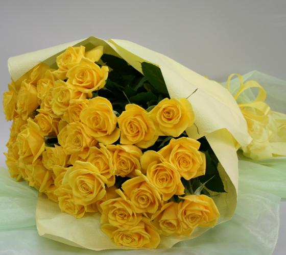黄色いバラの花束 50本 送料無料 生花(お祝い プレゼント ばら 薔薇 還暦祝い フラワーギフト 男性 女性 誕生日 結婚祝い 結婚記念日 結婚式 ボリューム バレエ発表会  お返し)