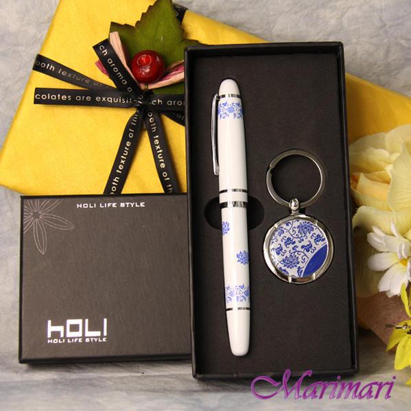 デポー 訳あり 贈答 化粧箱入りなのでプレゼントに最適書き味の良いペンで運気アップお世話になった方へ キーホルダー水性ゲルインキペンの2点セット蓮の花デザインホワイトにブルー色就職祝いに 訳あり贈り物向け