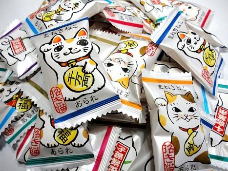 8種類のまねきねこがかわいい 縁起の良い小判の形のあられ まねきねこあられ 大袋 おかき ストア あられ 猫 縁起物 個包装 業務用 国産もち米 招き猫 売り出し