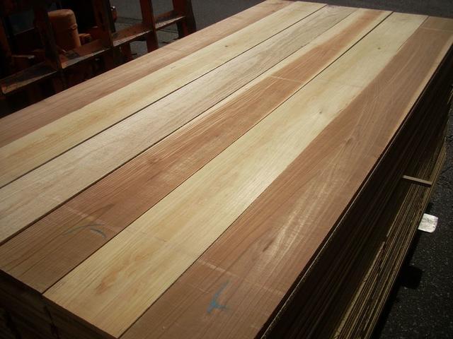 日曜大工 工作 DIYの材料に木目 色艶バツグンの杉材はいかがですか? 棚板 入手困難 2,3枚並べて使用してテーブルの天板等に 板 おすすめ特集 木材 送料無料 色 艶バツグンです 長さ1.95m厚み1.2cm幅11.5cmカンナ仕上げ済 一面無節材 カット無料 無垢板10枚セット 国産杉材 上下二面のうち
