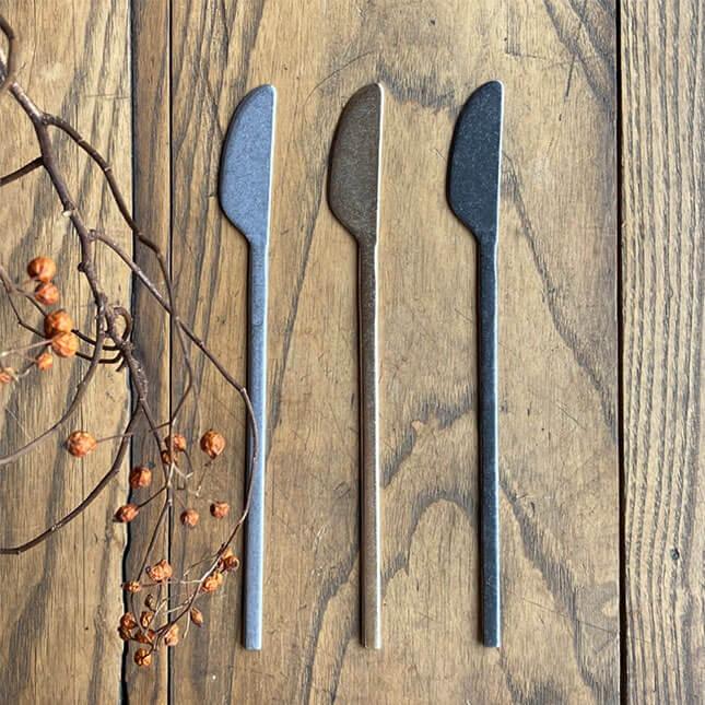 スッカラとお揃いシリーズのナイフ。持ち手が長いのでアウトドアや離乳食作りにもおすすめ。テーブルコーデにもよく映えます。 HARVEST NAIPU ナイプ | 韓国料理 スッカラスプーン 食器 カトラリー キッチン キッチン雑貨 ハーベスト ブラック シルバー ゴールド テーブルウェア シンプル おしゃれ 料理 映える コウケンテツ ネコポス あす楽