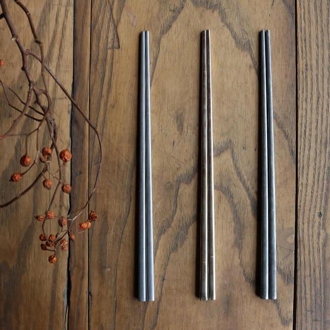 物品 物品 スッカラとお揃いシリーズの韓国のお箸 スッカラスプーンとセットにすると テーブルコーデもよく映えます 韓国料理 箸 チョッカラ 韓国箸 真空箸 ステンレス製 おしゃれ カトラリー シンプル 日本製 CHOKKARA キッチン雑貨 料理 HARVEST 映える ハーベスト テーブルウェア コウケンテツ