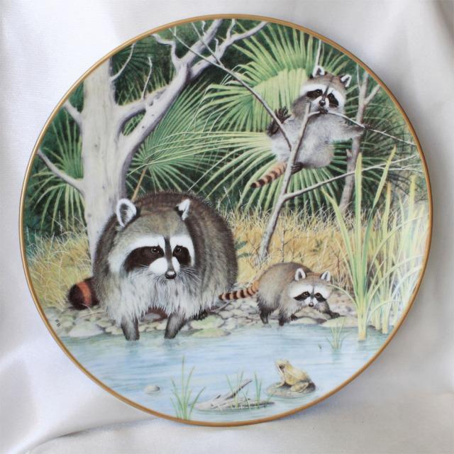 4月の池、好奇心旺盛なアライグマ 1981年 ウッドランドイヤー プレート 絵皿 アメリカ フランクリン ポーセリン Franklin Porcelain Peter Banett画 カエルが気になる Curious Raccoons at an April Pond 【送料無料】 プレゼント 【中古】