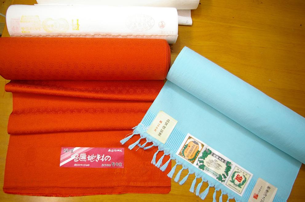 色見本となる布片や色紙などを添えてください。反物は送料ご負担でお送りください。 色無地染め染色加工代。正絹白生地反物が16-17m四丈物の場合の染色代。12000円で丁寧に無地染めいたします。約1ヶ月後におとどけできます。反物を送料ご負担でお送りください。