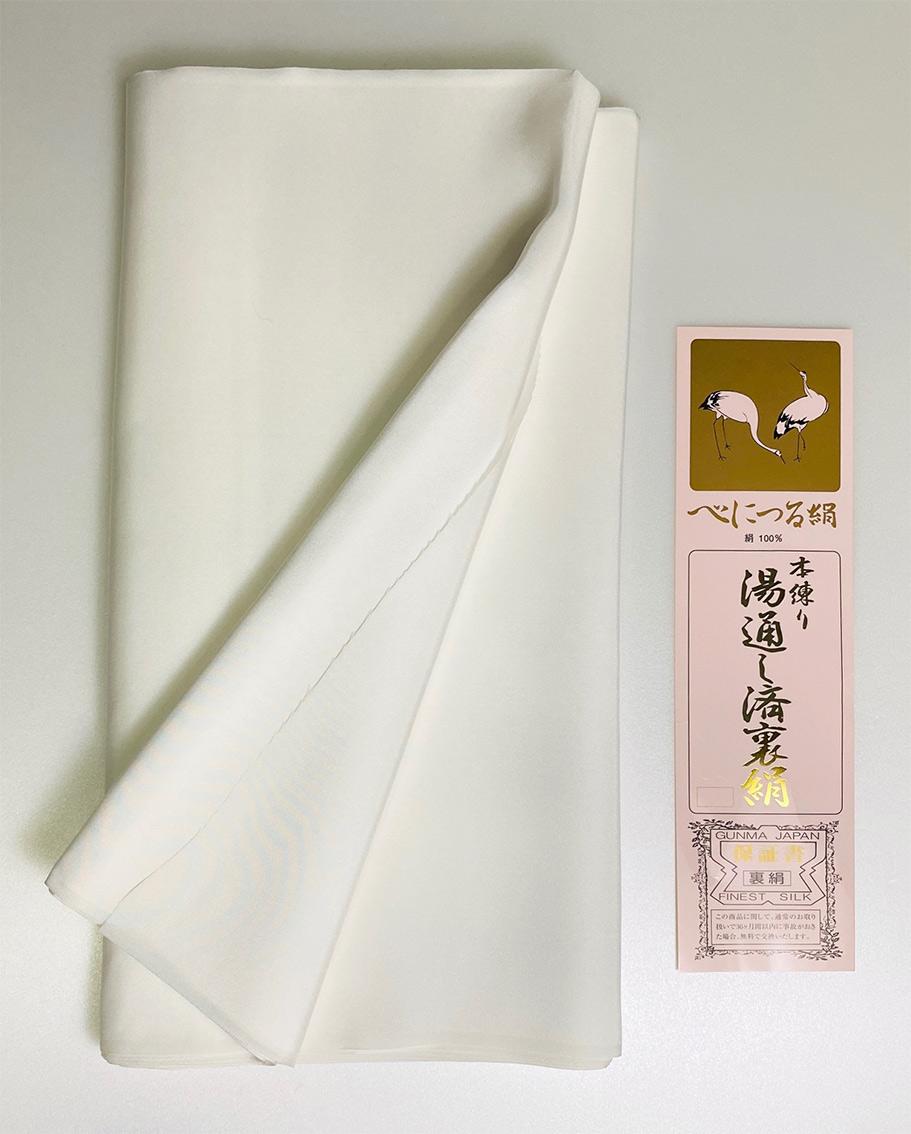 絹羽二重の用途は多彩です。着物や服地の裏地からお坊さんの「帽子」と呼ばれる白いストール。人形細工やパッチワークなどにも使われています。 風合いは「つるつる・シャリシャリ」感がある絹羽二重正絹生地シルク100%。胴裏地25m巻き38cm幅、尺1分幅生地。日本製A反合格品made in japan