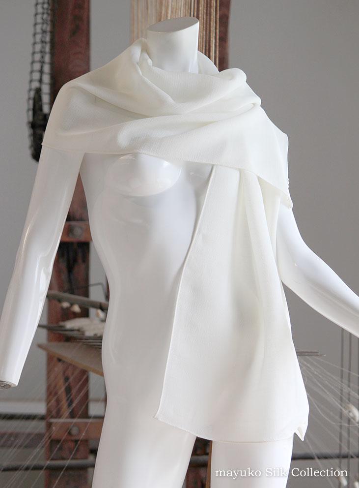 【草木染め用】シルクウールバサッと羽織れる大判110cm×110cm黄ばみ防止のためご注文後に縫製します。草木染めで美しく染め上げできます。 バサッと羽織れる大判110cm×110cmサイズシルクウール生成り/白スカーフ/マフラー/ショール/Silk50% Wool50%生成り色/14匁 しっとり重め秋冬向き生地/丹後織元シルク工場製 再精練・煮沸湯のし済/草木染めできます与謝野町/臼井織物/日本製