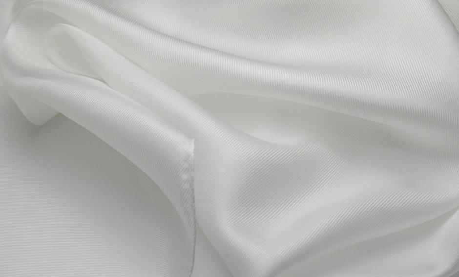 シルクツイル綾織りの縫製済み白スカーフシルクは初心者でも失敗少なく染められます。 卸し値販売【草木染用】白スカーフシルク100%、12匁シルクツイル綾織りの縫製済み白スカーフsize 35×145cmしなやかで肌触りのよい生地。日本製/silk100%/あかすり/保湿/美容シルク/お化粧タオル/枕カバー可