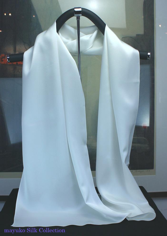 【ご注文後に縫製します。】白スカーフとしても使えます。草木染めにも挑戦してみてください。バサッと羽織れる特大大判55cm×200cm 結婚式にもお勧め。シルクロングショール55cm×200cm特大サイズの生成りホワイト柔らかなシルクサテンを使用草木染めにも使えます。白のままで使う場合の黄変防止加工は1800円追加です。※加工には2週間程度かかります。