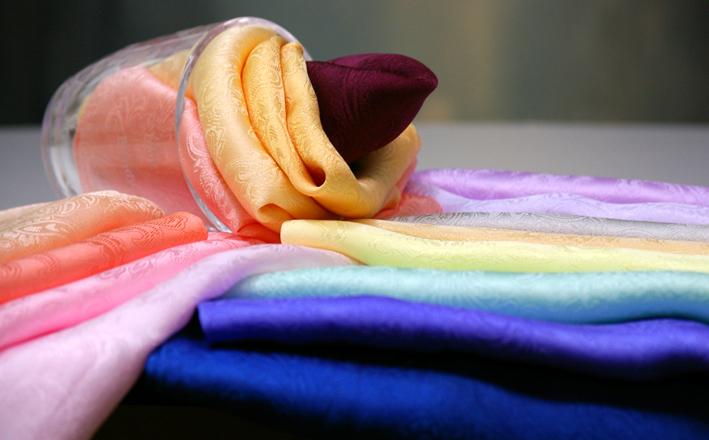 抗菌防臭加工+ひんやりキシリトール冷感加工済使いやすい細身のロングスカーフです 男女兼用でお使いいただけます 私の工場で織り上げました 細長ロングのサマースカーフ22cm×150cm抗菌防臭加工+ひんやりキシリトール冷感加工済柔らかな上質シルクサテンペイズリー地紋リボン結びが綺麗にできます シルク100% UVカット効果 京都 推奨 ギフト箱入りで出荷 40%OFFの激安セール 丹後 日本製